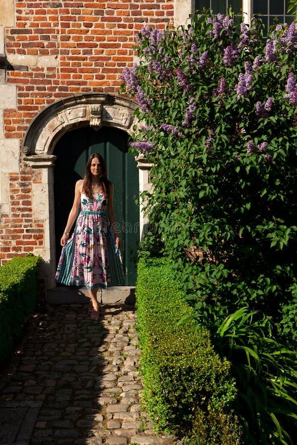 Antik v?ggd?rr f?r kvinna, Groot Begijnhof, Leuven, Belgien royaltyfri foto