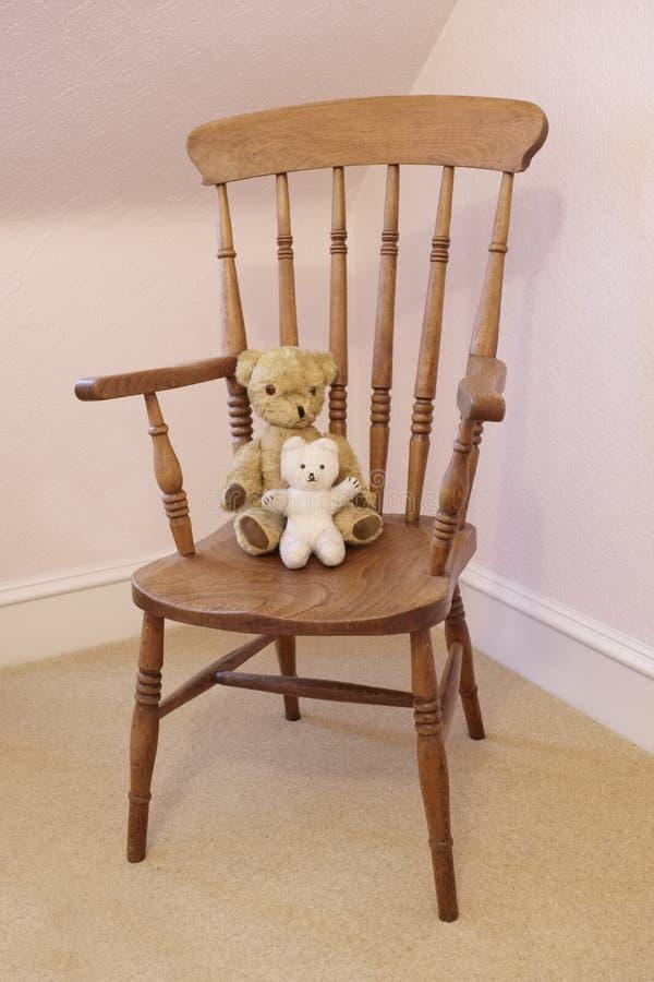 Antik victorian mjuk leksak för nallebjörn på trästol fotografering för bildbyråer