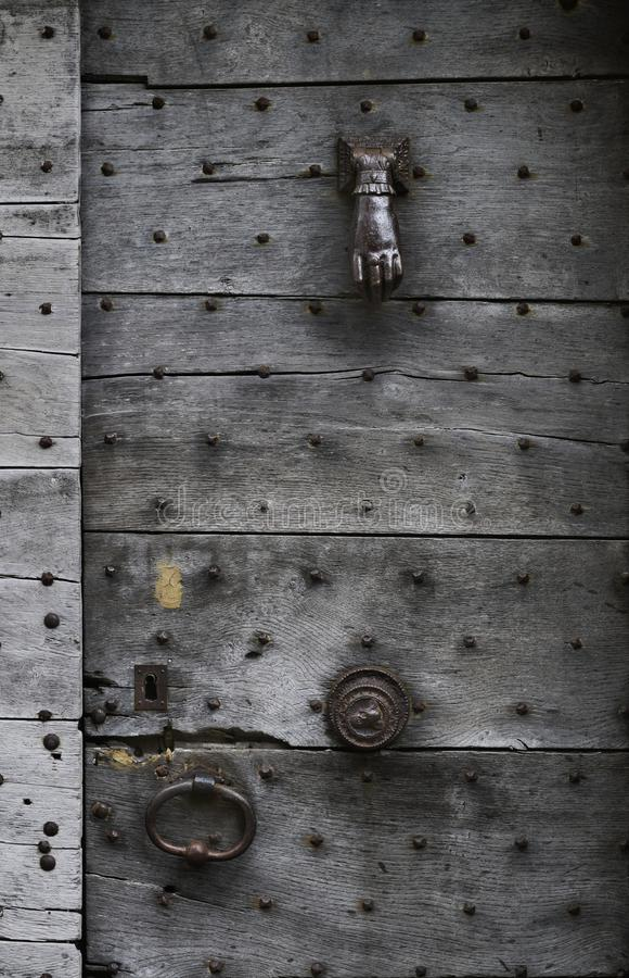 Antik wood dörrknackare för dörr royaltyfria bilder