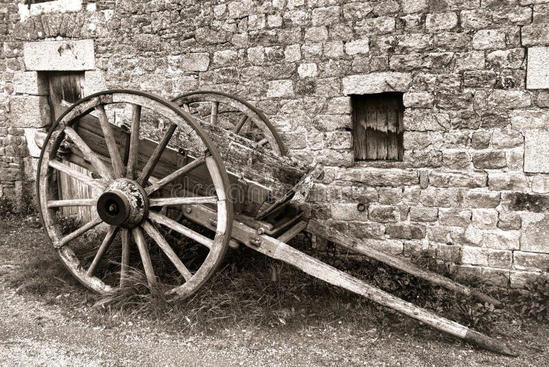 Antik Wood vagn för vagn för vagnhjul på den gamla lantgården arkivbild