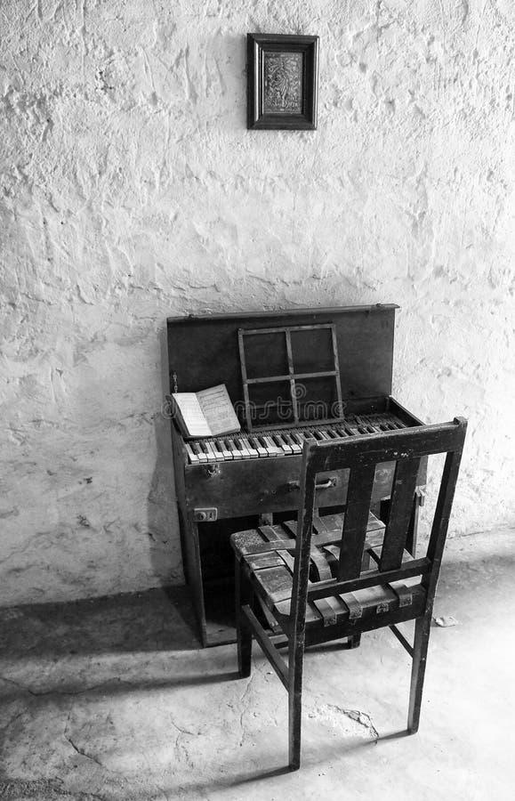 Antika barns piano royaltyfria bilder