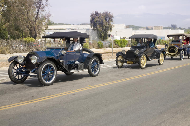 Antika bilar och folk royaltyfri bild