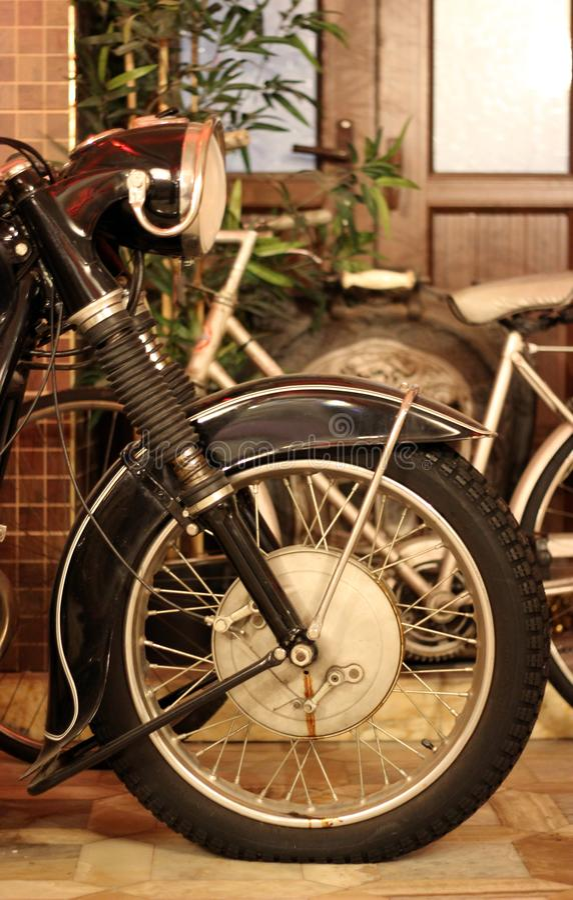 Antika Chopper Side View, gammalt gummihjul, huvudlampa, upphängning royaltyfria foton