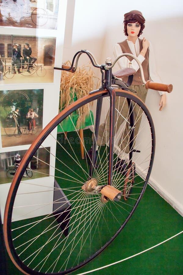 Antika cyklar, motorcykelmuseum royaltyfri foto