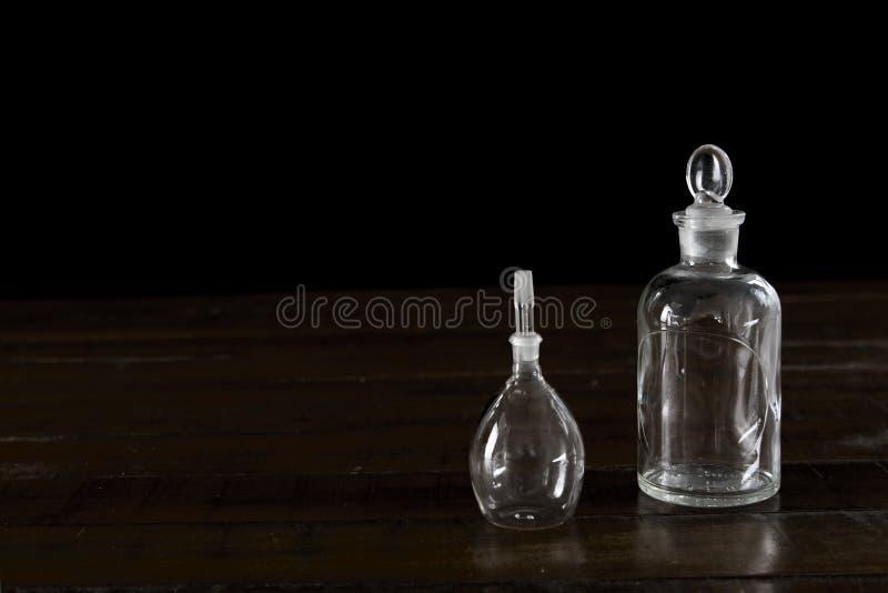 Antika exponeringsglassm? medicinflaskor p? m?rk tr?bakgrund royaltyfri fotografi