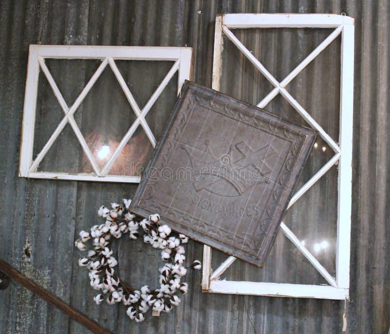 Antika fönster för gammal tappning med den tenn- kronan och korstaktegelplattan arkivbilder