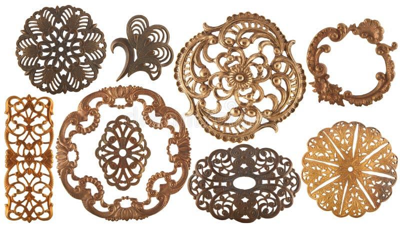 Antika guld- smyckenbeståndsdelar som isoleras på vit royaltyfri fotografi