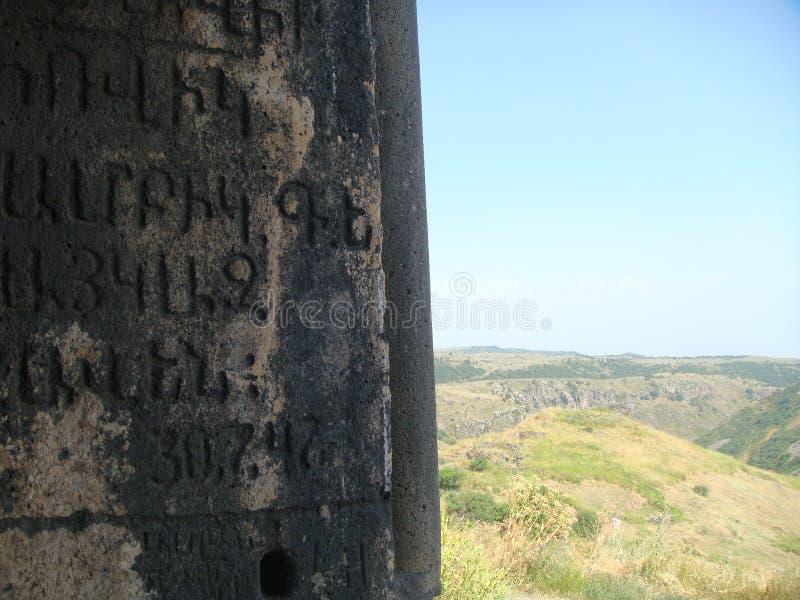 Antika handstilar i armenier med trots allt ett bergigt ointressant landskap arkivbild