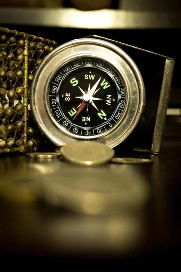 Antika kompass- och mässingsmynt arkivbilder
