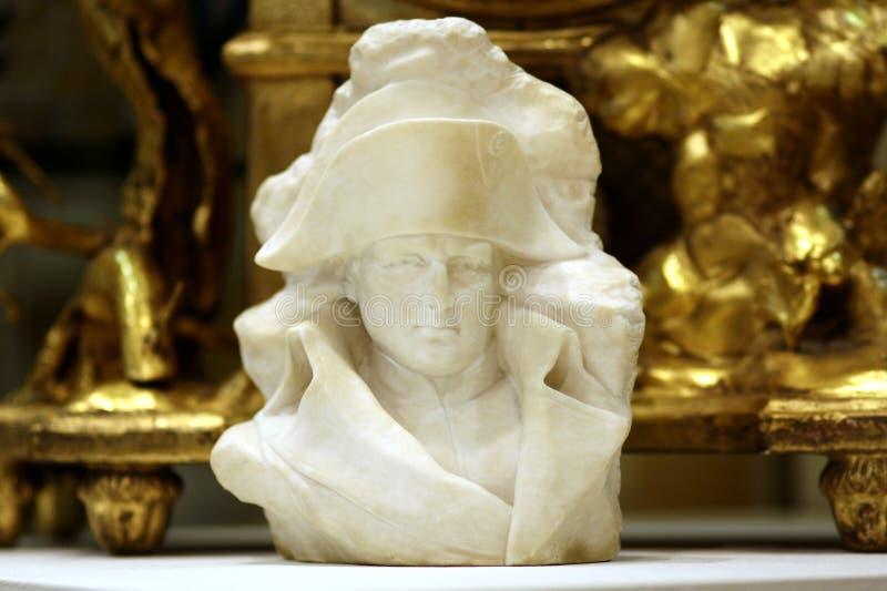 Antika Napoleon marmorerar bysten på guld- dekorativ backgroung royaltyfri bild