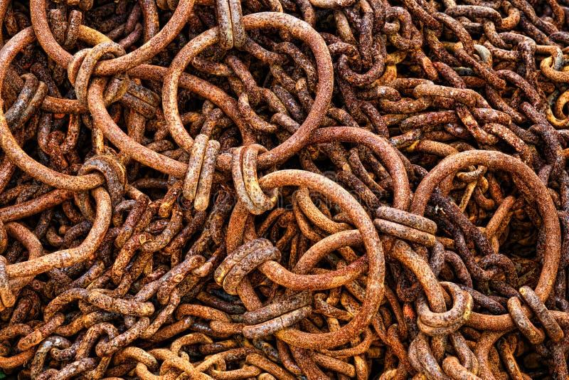 Antika Rusty Fishing Boat Gear Chains och krokar royaltyfri bild