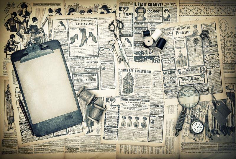Antika sömnad- och handstilhjälpmedel, tappningmodetidskrift royaltyfria bilder