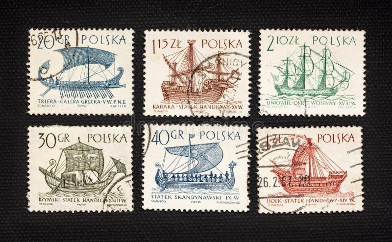 Antika segla skepp på stolpestämplar arkivbild