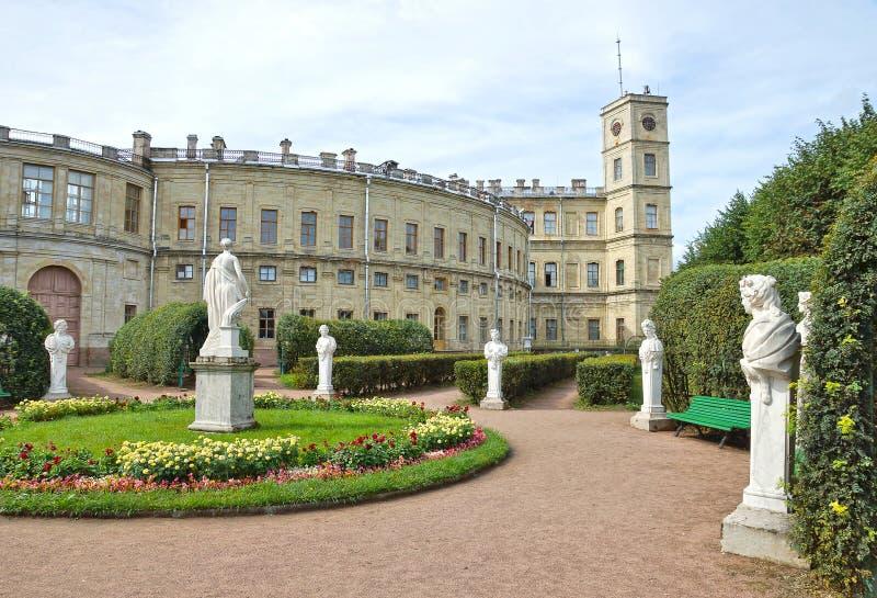 Antika statyer i trädgården bredvid slott i Gatchina royaltyfri fotografi