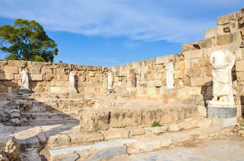 Antika väggar och statyer i salamikomplexet, turkiska nordliga Cypern royaltyfri bild
