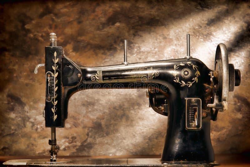 Antike alte Grunge mechanische Nähmaschine-Karosserie lizenzfreie stockfotos