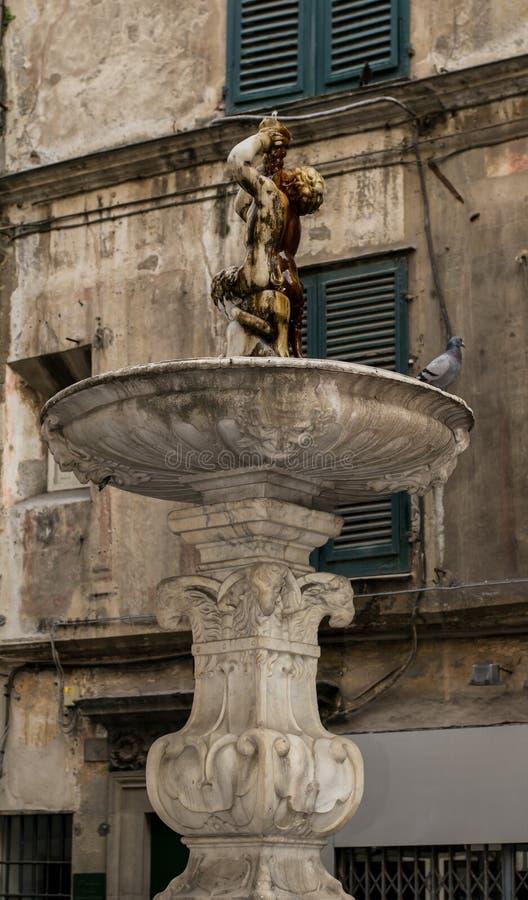 Antike/alter Brunnen der römischen Art in Genua, Italien stockbilder