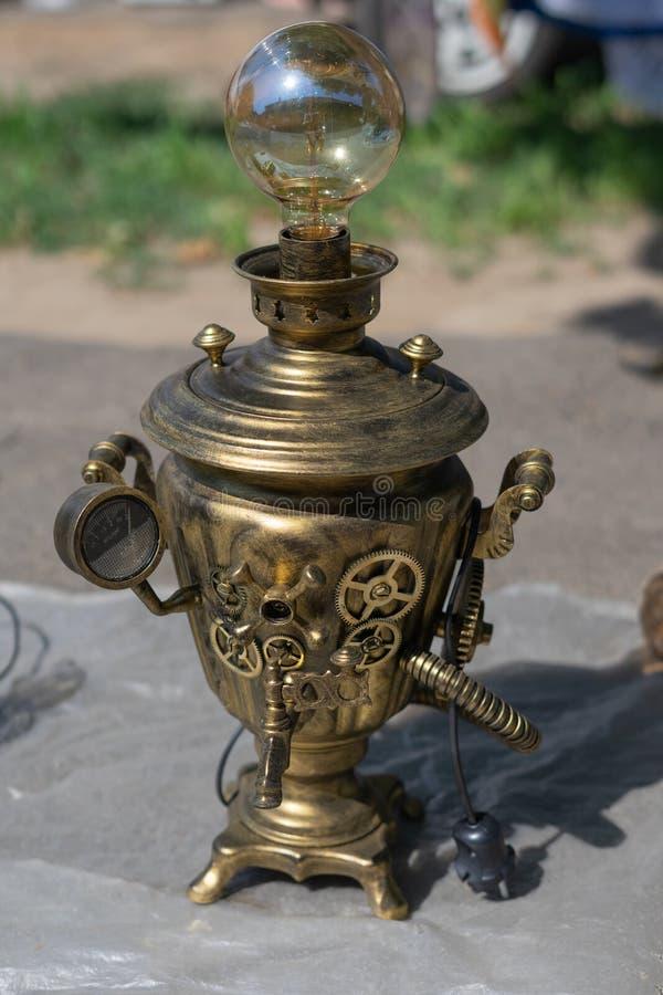 Antike Antiken werden an einer Flohmarkt verkauft Kupferner Samowar, überarbeitet unter der Lampe lizenzfreie stockbilder