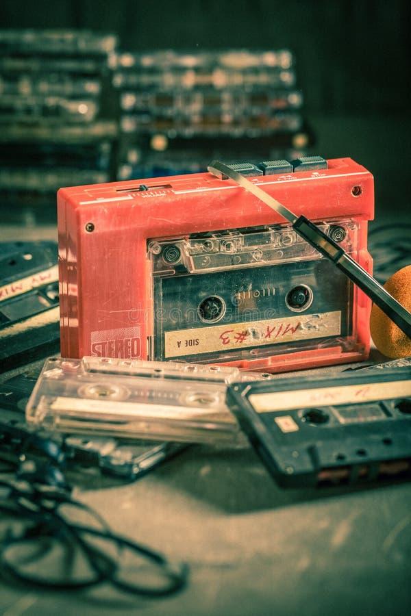 Antike Audiokassette mit Walkman und Kopfh?rern lizenzfreies stockfoto