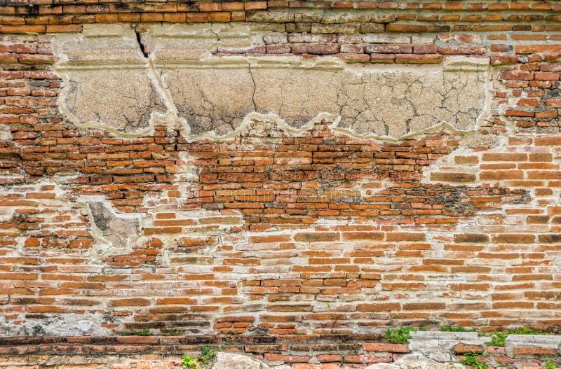 Antike Backsteinmauer bei Wat Mahathat lizenzfreie stockfotografie