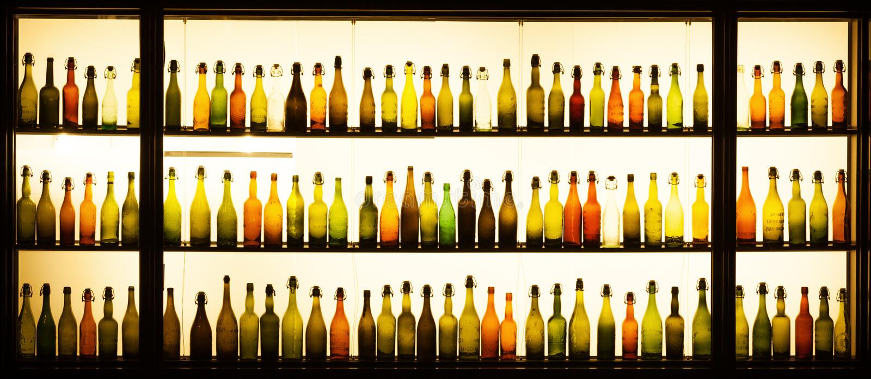 Antike Bierflaschen an Gaffel-Brauerei in Köln lizenzfreie stockfotos