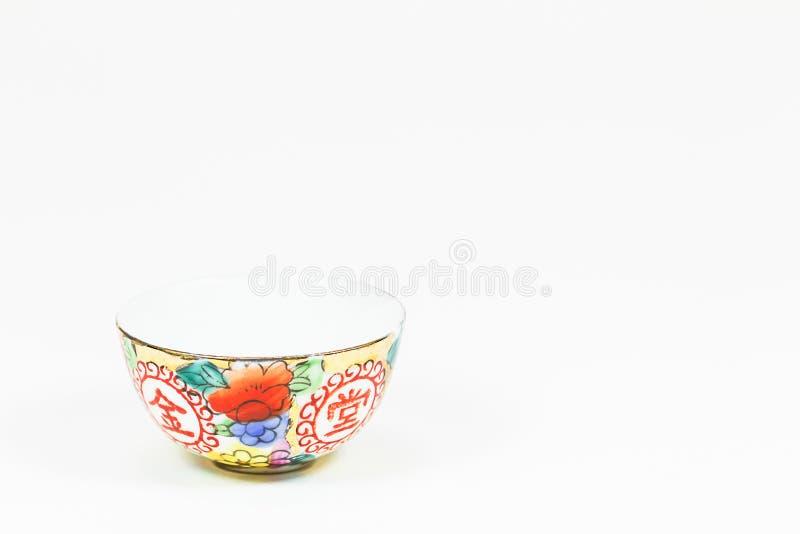 Antike bunte chinesische keramische Schüssel auf weißem Hintergrund stockfotografie