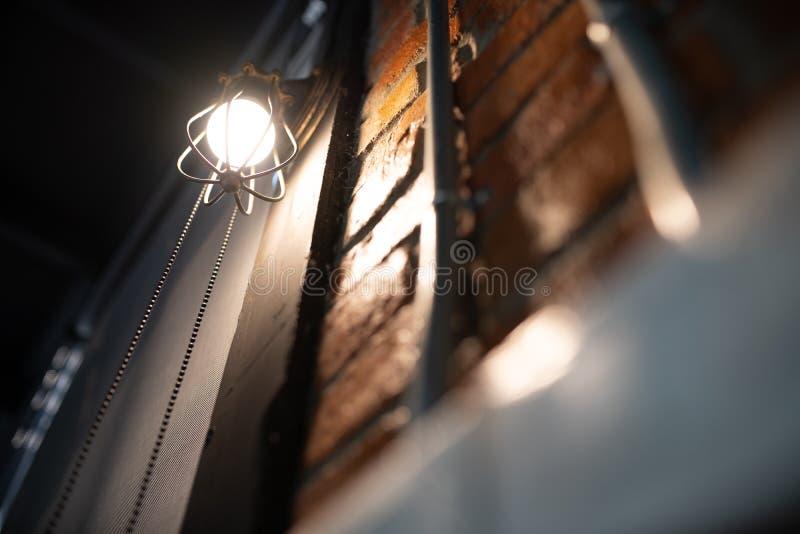Antike elektronische Lampe, rote Wandlampe, Lampe der hohen Wand, weiches Licht Wand des roten Backsteins Offene Kette, stellen d lizenzfreie stockbilder