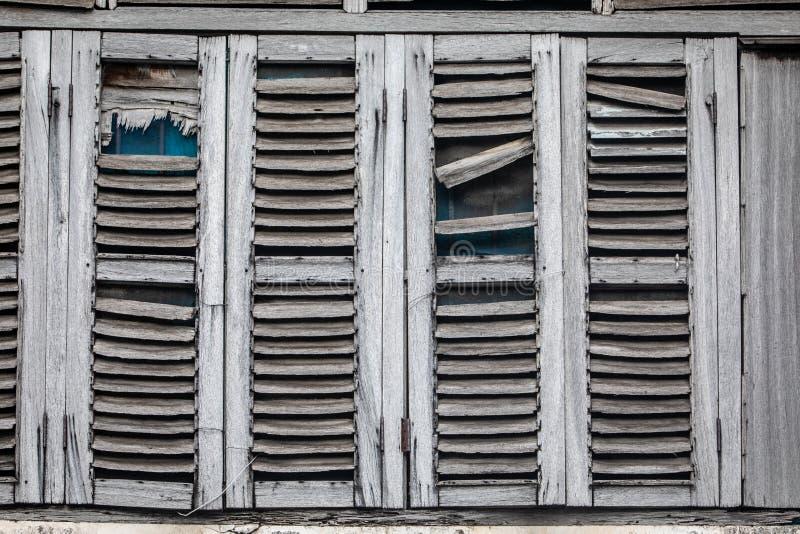 Antike Fenster, heraus getragen durch das Wetter stockbilder
