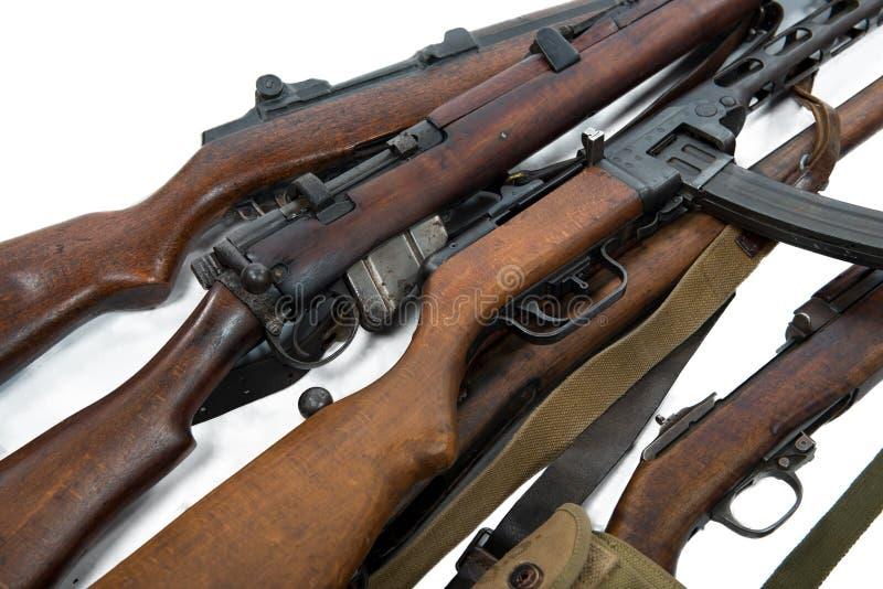 Antike Feuerwaffenwaffen, Gewehre, Maschinengewehre lokalisiert auf Weiß stockbilder