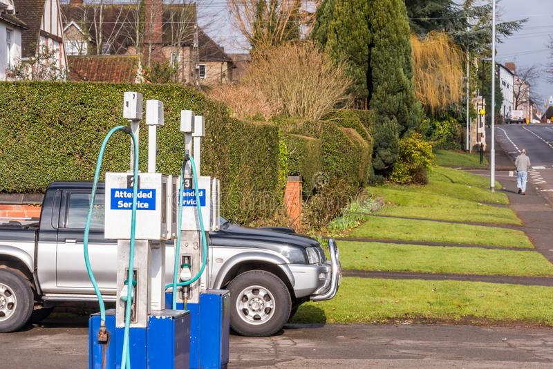 Antike Gaspumpen an der Tankstelle in der kleinen englischen Stadt stockbilder