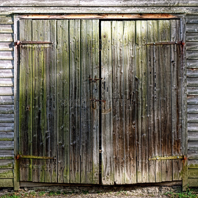 Antike hölzerne Scheunen-Tür auf historischem Wirtschaftsgebäude lizenzfreies stockbild