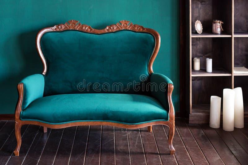 Antike hölzerne Sofacouch im Weinleseraum Klassischer Artlehnsessel stockbilder