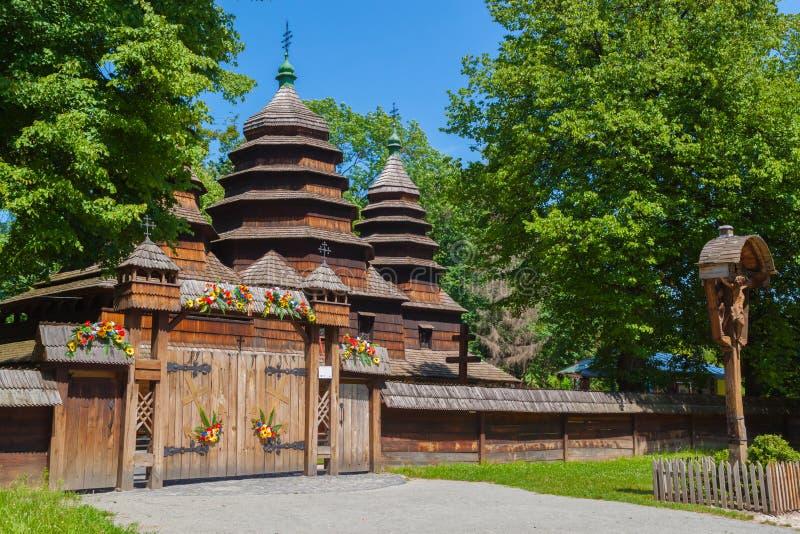 Antike hölzerne ukrainische Kirche stockfoto