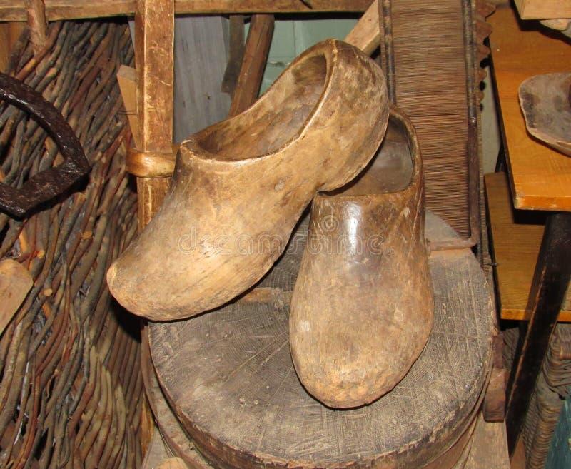 Antike h?lzerne Schuhe stockbild