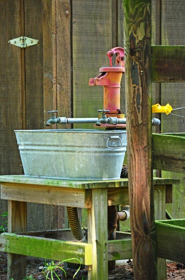 Antike Handwasser-Pumpen-Wasser-Zapfen-Wäsche blaß stockfotos