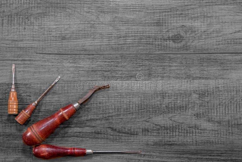 Antike Holzgriffwerkzeuge auf einem Schwarzweiss-Hartholz stockfoto