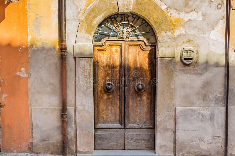 antike Holztür mit Holzwurmlöchern stockbild