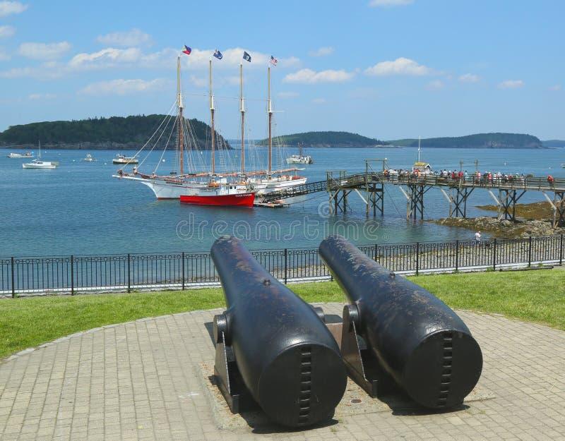 Antike Kanonen im historischen Stangen-Hafen lizenzfreies stockbild