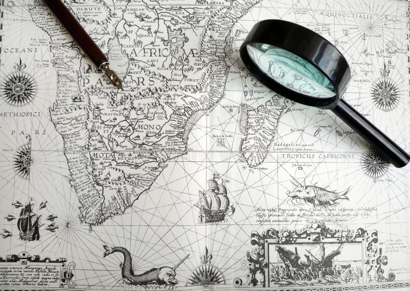 Antike Karten- und Manuskriptfeder lizenzfreie stockfotografie