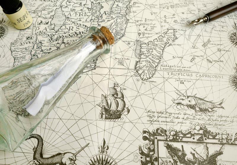 Antike Karten- und Manuskriptfeder lizenzfreie stockfotos
