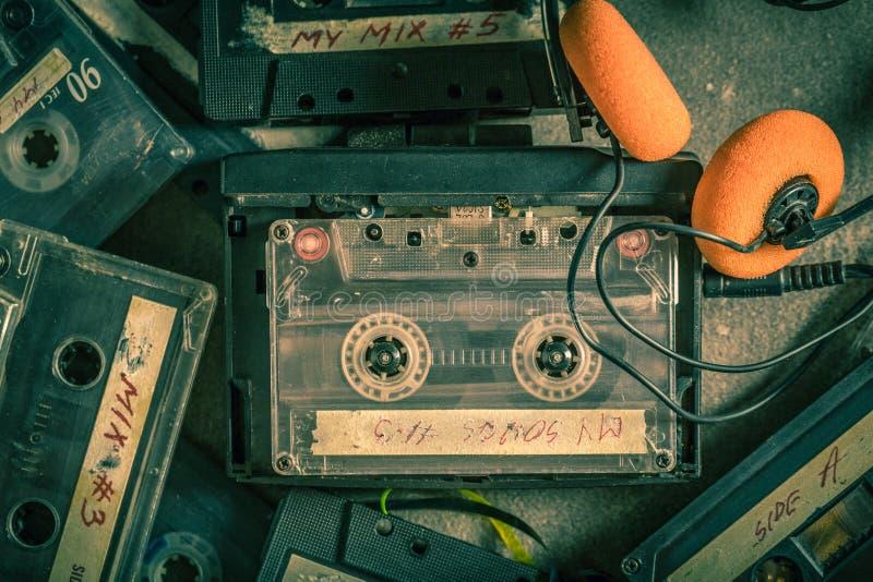 Antike Kassette mit Walkman und Kopfhörern stockbilder