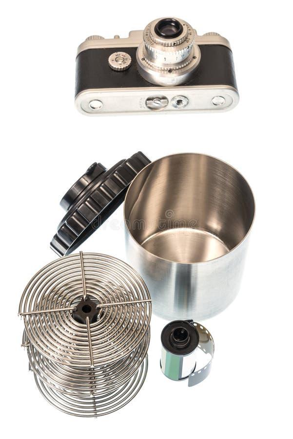 Antike Kleinbildkamera mit sich entwickelndem Behälter und Spulen stockfotografie