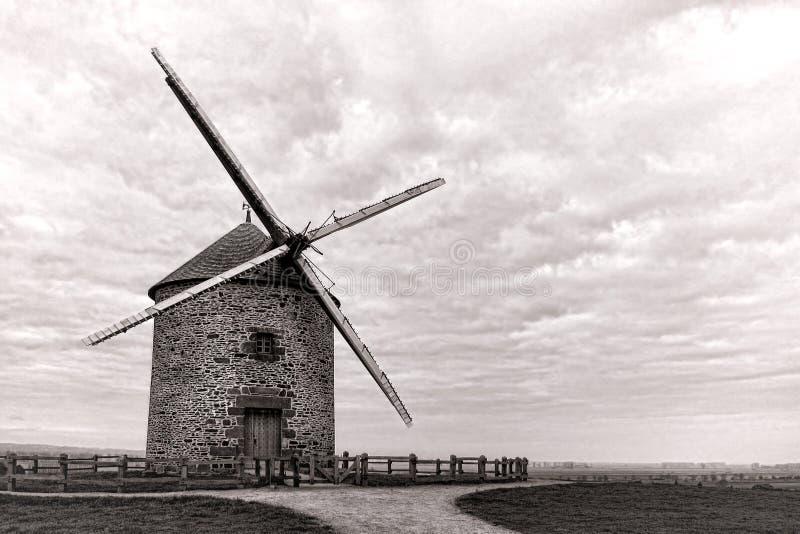 Antike Korn-Windmühle auf Landschafts-Hügel stockfotos