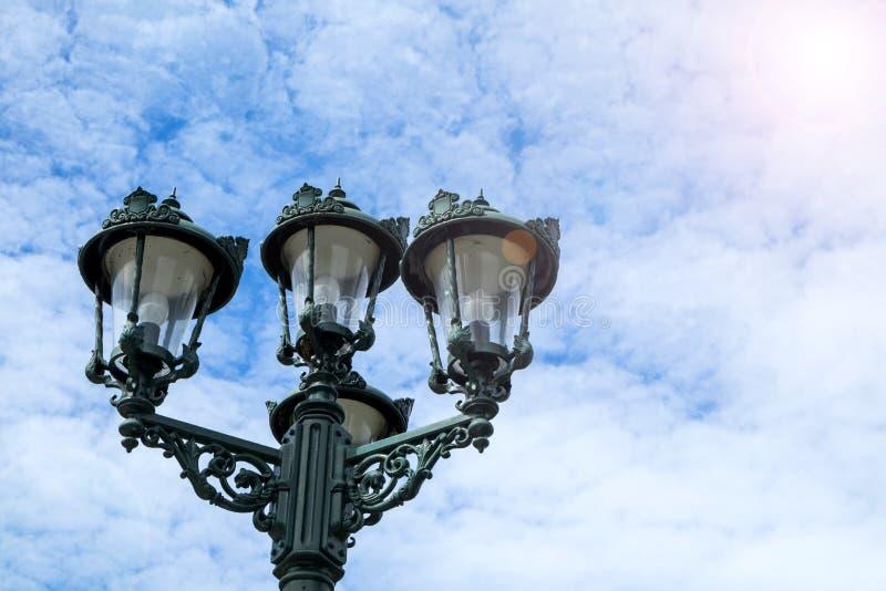 Antike Lampe im Freien stockfotos