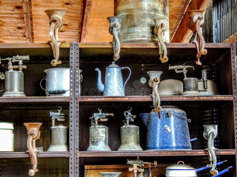 Antike Lebensmittel-Schleifer und andere Kücheneinzelteile stockfotos