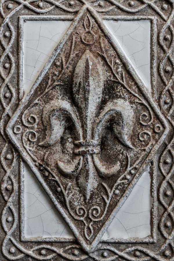 Antike Lilie auf Fliese lizenzfreie stockfotos