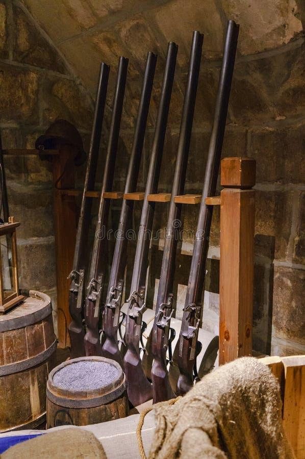 Antike Musketen im Waffenkammerraum lizenzfreie stockfotos