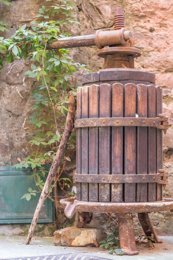 Antike olivgrüne Presse eingelassenes Vernazza, ein Dorf im Cinque Terre-Bereich von Italien stockbild
