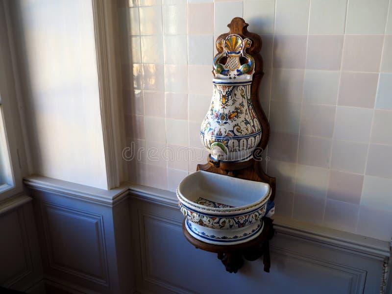 Antike Porzellanklempnerarbeit, Wasserhahn und Wanne lizenzfreie stockfotografie