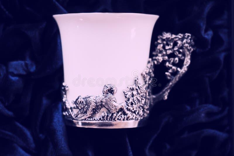 Antike Porzellanteeschale auf Spitzetabelle stockfotos